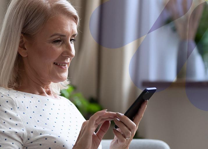 Seguro Tranquilidad Hogares - Mujer consultando smartphone - CHC Energía