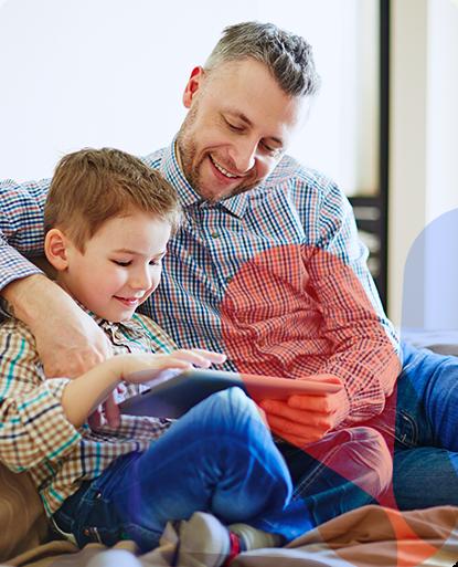 Tarifas Luz para el hogar - Padre con su hijo con la tablet - CHC Energía